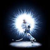 El jugador del hockey sobre hielo está patinando en un fondo abstracto imagenes de archivo
