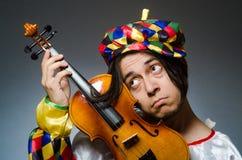 El jugador divertido del payaso del violín en concepto musical imagen de archivo