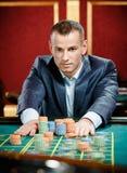 El jugador estaca pilas de microprocesadores en el vector del casino Foto de archivo libre de regalías