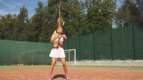 El jugador femenino avanzado vuelve una bola durante el segundo sistema de la taza internacional metrajes