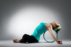 El jugador femenino elegante del gimnasio que miente en pilates suena Fotos de archivo