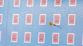 El jugador hace un tiro del dardo en la blanco almacen de metraje de vídeo