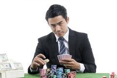 El jugador joven está poniendo apuestas en las pilas de microprocesadores Fotografía de archivo libre de regalías