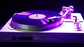 El jugador juega música en un disco de vinilo teniendo en cuenta disco metrajes