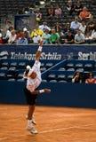 El jugador López sirvió una bola Fotos de archivo