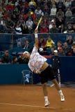 El jugador López sirvió una bola Imagen de archivo