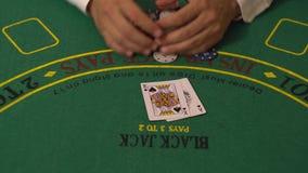 El jugador Put Blackjack Cards en la tabla del casino, rey Win de 21 Ace, toma las fichas de póker metrajes