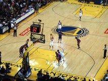 El jugador Stephen Curry de los guerreros del Golden State tira sho del tiro libre imagenes de archivo
