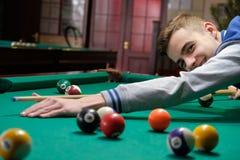 El jugar adolescente en billar americano de la piscina Fotos de archivo libres de regalías