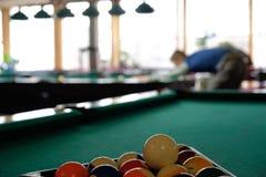 El jugar adolescente en billar americano de la piscina Foto de archivo libre de regalías