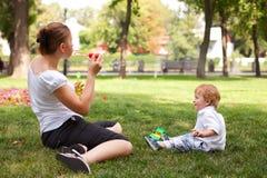 El jugar al aire libre feliz del niño y de la mujer Imagen de archivo