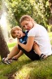 El jugar al aire libre feliz del niño y de la mujer Imagenes de archivo