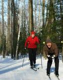 El jugar alrededor en los esquís flacos Fotografía de archivo