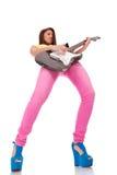 El jugar apasionado del guitarrista de la mujer joven Foto de archivo