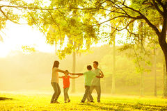 El jugar asiático feliz de la familia Foto de archivo libre de regalías