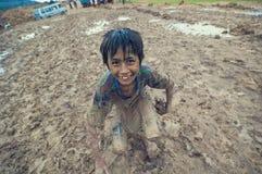 El jugar camboyano pobre del cabrito Foto de archivo libre de regalías