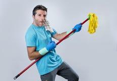 El jugar casero del hombre del servicio nacional o de la limpieza feliz del marido con Foto de archivo