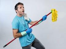 El jugar casero del hombre del servicio nacional o de la limpieza feliz del marido con Imagen de archivo