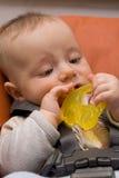 El jugar caucásico del bebé Foto de archivo