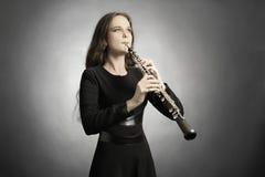 El jugar clásico del oboe del músico Fotografía de archivo