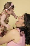 El jugar con el bebé imagen de archivo
