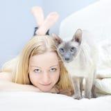 El jugar con el gato Foto de archivo libre de regalías