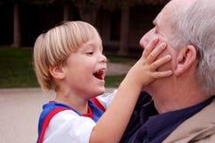 El jugar con el Grandpa Fotos de archivo libres de regalías