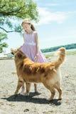 El jugar con el perro Fotografía de archivo