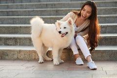 El jugar con el perro fotos de archivo libres de regalías