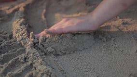 El jugar con la arena almacen de metraje de vídeo