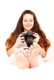 El jugar con la cámara en la cama Imagen de archivo libre de regalías
