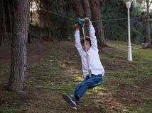 El jugar con la línea de la cremallera en el jardín foto de archivo