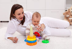 El jugar con la mama - bebé en el país Foto de archivo libre de regalías