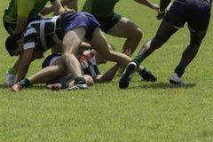 El jugar con las muchedumbres durante un partido del rugbi imagen de archivo