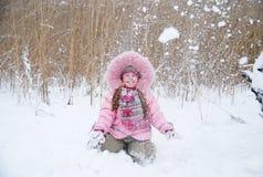 El jugar con nieve Fotografía de archivo libre de regalías