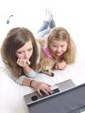 El jugar con una computadora portátil Foto de archivo