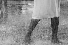 El jugar de baile en la lluvia Foto de archivo