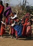 El jugar de Childfen del Masai imagenes de archivo
