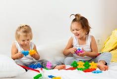 El jugar de dos hermanas Fotografía de archivo libre de regalías