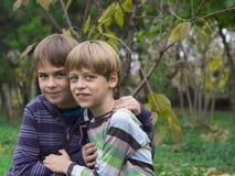 El jugar de dos hermanos Fotos de archivo libres de regalías