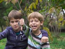 El jugar de dos hermanos Fotografía de archivo libre de regalías
