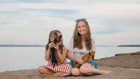 El jugar de dos niños que persigue en la arena en la playa Foto de archivo libre de regalías