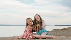 El jugar de dos niños que persigue en la arena en la playa Fotografía de archivo libre de regalías