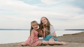 El jugar de dos niños que persigue en la arena en la playa Imagen de archivo