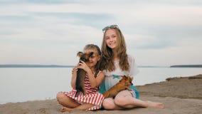 El jugar de dos niños que persigue en la arena en la playa Fotos de archivo libres de regalías
