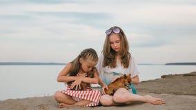 El jugar de dos niños que persigue en la arena en la playa Imagen de archivo libre de regalías