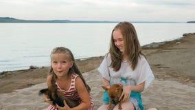 El jugar de dos niños que persigue en la arena en la playa fotos de archivo