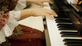 El jugar de la corte del pianista almacen de metraje de vídeo