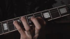 El jugar de la guitarra Manos masculinas con la guitarra eléctrica almacen de metraje de vídeo