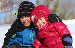 El jugar de la hermana y del hermano al aire libre Imágenes de archivo libres de regalías